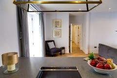 Keuken Tegen en Decoratieve Stoel Royalty-vrije Stock Foto's