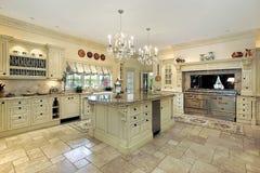 Keuken in traditioneel huis Stock Foto