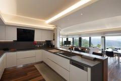 Keuken van een luxeflat royalty-vrije stock foto's