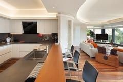 Keuken van een luxeflat stock foto's