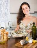 Keuken van vrouwen de kokende vissen thuis royalty-vrije stock afbeeldingen