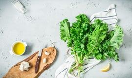 Keuken - verse boerenkoolbladeren op worktop - het koken landschap stock foto's