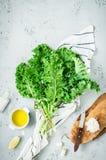 Keuken - verse boerenkoolbladeren op worktop - het koken landschap royalty-vrije stock afbeeldingen