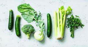 Keuken - verse groene organische groenten op worktop stock fotografie