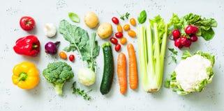 Keuken - verse kleurrijke organische groenten op worktop royalty-vrije stock afbeelding