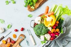 Keuken - verse kleurrijke organische groenten op worktop royalty-vrije stock fotografie