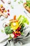 Keuken - verse kleurrijke organische groenten op worktop royalty-vrije stock afbeeldingen