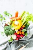 Keuken - verse kleurrijke organische groenten op worktop stock afbeeldingen