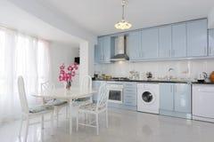 Keuken in wit en blauw Royalty-vrije Stock Afbeeldingen