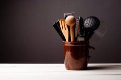 Keukenachtergrond met houten lijst Stock Foto