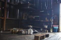 Keukenbinnenland van dorpsbewonerhuis in Chin State, Myanmar stock foto's