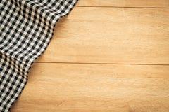 Keukendoek op houten lijst Stock Fotografie