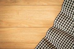 Keukendoek op houten lijst Royalty-vrije Stock Fotografie