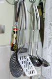 Keukengerei die in keuken hangen Stock Foto