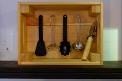 Keukengerei in een houten doos met een rechthoekige vorm royalty-vrije stock foto