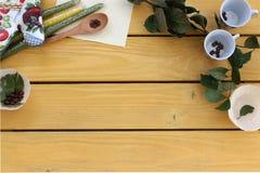 Keukengerei en baaibladeren op een gele houten lijst Stock Afbeeldingen