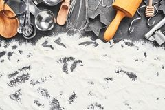 Keukengerei en bloem voor het bakken van of het koken van achtergrond royalty-vrije stock foto