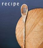 Keukengerei en een recept stock afbeeldingen