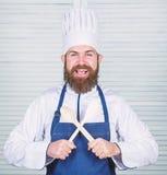 Keukengerei en het koken concept Laat pogingssmaak Voeg sommige kruiden toe Mens met baard in van de kokhoed en schort greep het  royalty-vrije stock foto's
