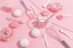 Keukengerei en hulpmiddelen, gebakje en snoepjes op een roze achtergrond Hoogste mening royalty-vrije stock foto