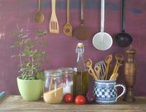 Keukengerei, kruiden, groenten, keukenstilleven, het koken royalty-vrije stock fotografie