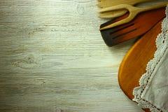 Keukengerei op de achtergrond van een oude witte houten lijst Stock Fotografie
