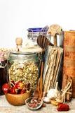 Keukengerei op een houten lijst Witte achtergrond De voorbereiding van het voedsel Kookboek en kokende ingrediënten Oud boek stock afbeelding