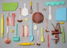 Keukengerei op een lichte rustieke houten achtergrond materiaal en bestekreeks Stock Foto