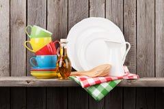 Keukengerei op plank stock foto