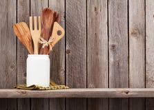 Keukengerei op plank royalty-vrije stock afbeelding