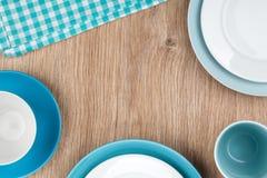 Keukengerei over houten lijst Stock Afbeeldingen