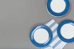 Keukengerei, Schone porseleinschotels op grijze achtergrond royalty-vrije stock afbeelding