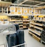 Keukengerei voor verkoop binnen IKEA-opslag stock foto
