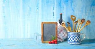 Keukengerei, zwarte raad, fles wijn Stock Foto's