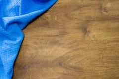 Keukenhanddoek op een houten lijst De achtergrond op het keukenthema stock afbeelding