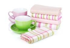 Keukenhanddoeken en koffiekoppen Stock Foto