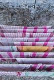 Keukenhanddoeken op een droogrek worden gehangen dat royalty-vrije stock fotografie