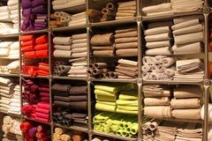 Keukenhanddoeken op planken worden gestapeld die Stock Foto's