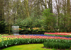 Keukenhof arbeitet Brunnen im Garten Lizenzfreies Stockfoto
