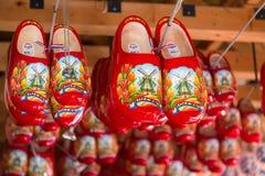 Keukenhof Lisse, Paesi Bassi - maggio 2018: Scarpe di legno rosse da vendere ad un dettagliante olandese Gli impedimenti di legno fotografia stock libera da diritti
