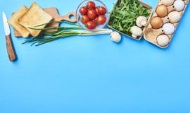 Keukeningrediënten en verse rauwe groenten royalty-vrije stock foto
