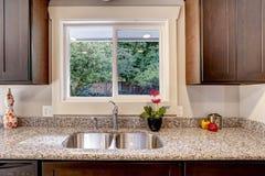 Keukenkast met gootsteen en venstermening Stock Foto's
