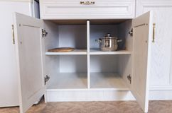Keukenkast met open deuren royalty-vrije stock afbeelding
