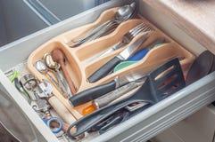 Keukenkasten, beige voor keukengerei stock afbeelding