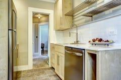 Keukenkasten met versiering van de tegel de achterplons Royalty-vrije Stock Foto