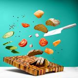 Keukenlijst met een mooi scherp raad en een mes stock afbeelding