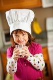 Keukenmeisje: Jong geitjechef-kok Drinking Milk Royalty-vrije Stock Foto's
