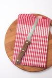 Keukenmes op de doek en de houten raad Stock Foto's