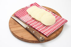 Keukenmes op een houten raad en aardappelbladen op de doek Royalty-vrije Stock Foto
