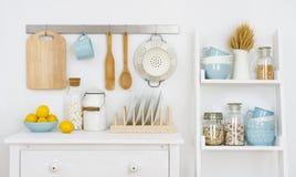 Keukenmuur verfraaid binnenland met kabinet en plank met werktuigen royalty-vrije stock foto's